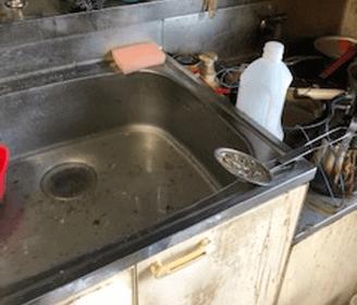 京都府亀岡市のキッチン(台所)シンクに汚水が溜まって詰まってしまっている様子