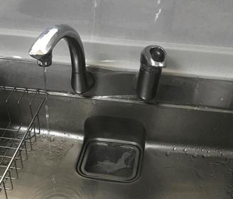 相楽郡精華町のキッチン(台所)の蛇口が水漏れしている様子