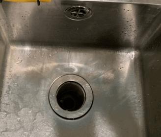 大阪府大阪市の飲食店厨房の排水が詰まっている様子