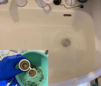 大阪府富田林市の洗面所の水の流れが悪く詰まっている様子