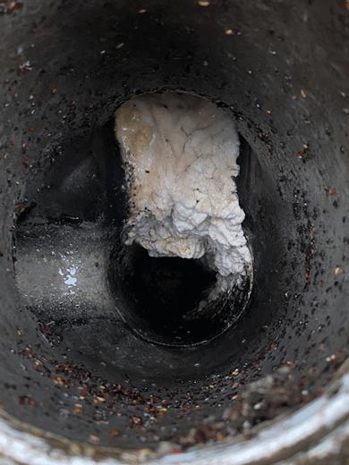 排水管の中に油脂が固まっています