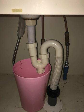 池田市の洗面排水水漏れの様子