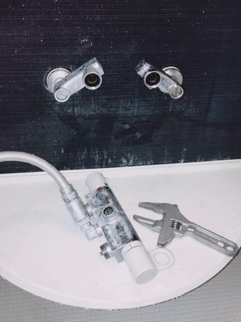 四条畷市の浴室蛇口水漏れの様子