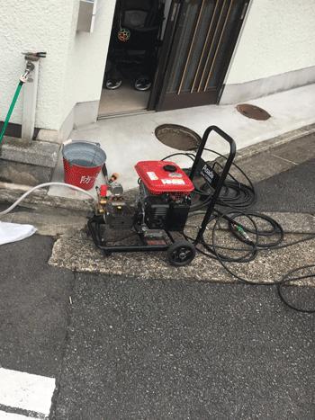 富田林市のトイレつまり作業の様子