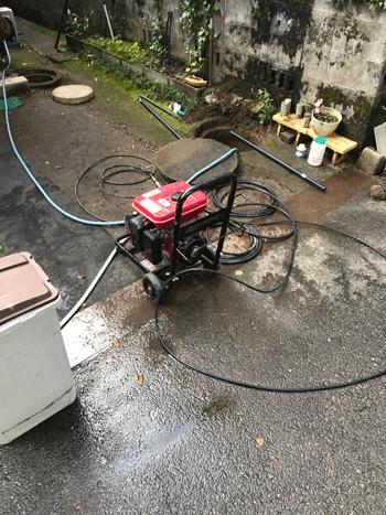 和泉市の屋外排水つまりの作業風景