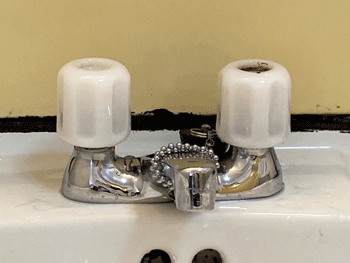 茨木市のトイレタンクの鎖が切れた様子