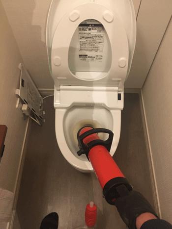 箕面市のトイレ水漏れ修理の様子