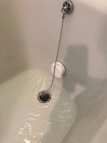 枚方市の給湯器交換後の動作確認の様子