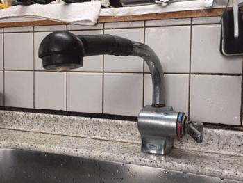 岩出市の台所蛇口水漏れの様子