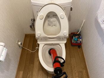 湖南市のトイレつまり修理の様子