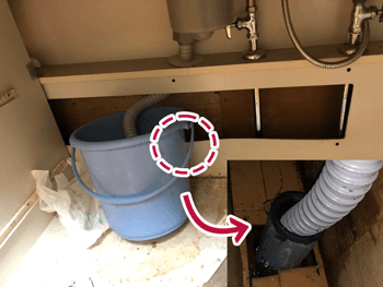 栗東市の台所の詰まりでシンク下が汚水で濡れいている様子