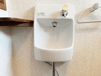 箕面市のトイレの壁掛け手洗い器を交換した様子