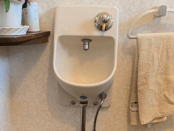 箕面市のトイレの壁掛け手洗い器の水漏れの様子