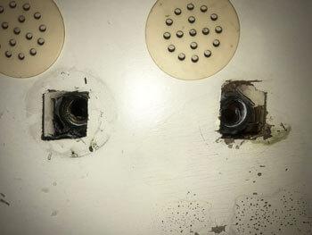 奈良市の洗面所の止水栓を取り外した様子