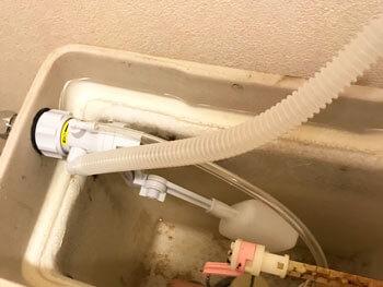 西宮市のトイレの部品を交換して水漏れが直った様子