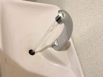 宇陀市のトイレの手洗い金具を取り付けた様子