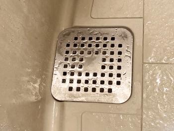 八幡市の浴室排水の匂いを薬品で中和した様子