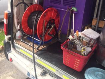 東大阪市で高圧洗浄車を使用し片づけている様子