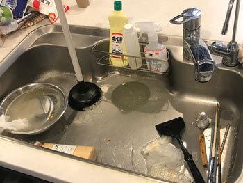 岩出市の台所の排水が詰まっている様子