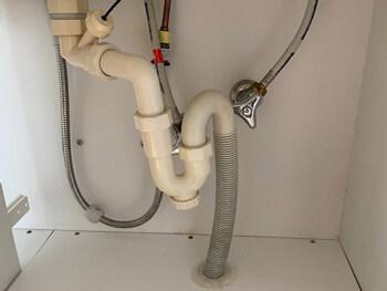 川合町で洗面台の水漏れを修理して板を新しくした様子