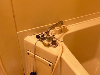 湖南市の浴室蛇口を点検している様子
