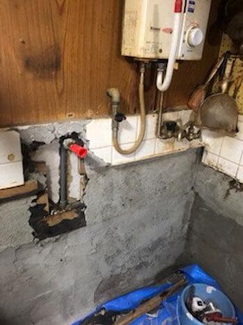 大阪市東住吉区で台所蛇口の水道管を修理している様子