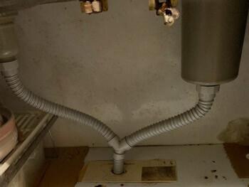 宝塚市で台所の蛇腹ホースを新しいものに交換した様子