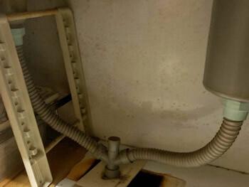 宝塚市の台所の蛇腹ホースから水漏れしている様子